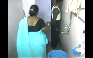 1.aunty evacuate a clean hidden web camera 1 బౚండాం ఆంà°ÿà±€ స్నానం