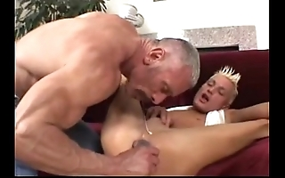 Padre plays fro his twink (dads-lap.blogspot.com)